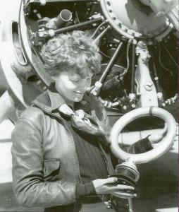 АЭ с антенной радиопелегатора возле своего самолета Локхид Электра. Калифорния, 1937