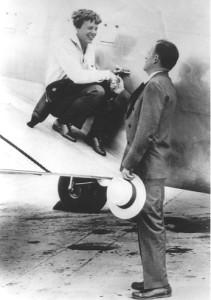 Джордж Путнам прощается с АЭ перед вылетом из Майами 1 июня 1937 г.