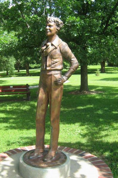 Статуя А.Э. в Атчисоне