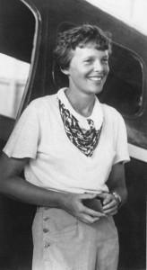 Амелия Эрхарт у своего самолета Локхид Вега