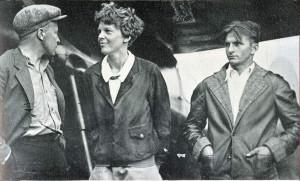 АЭ с известным исследователем Арктики Бернтом Бальхеном (слева) и ее механиком Эдди Горски непосредственно перед полетом  через Атлантику, 1932