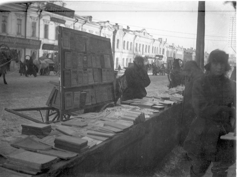 Торговля книгами на улице Ленина 1920-е