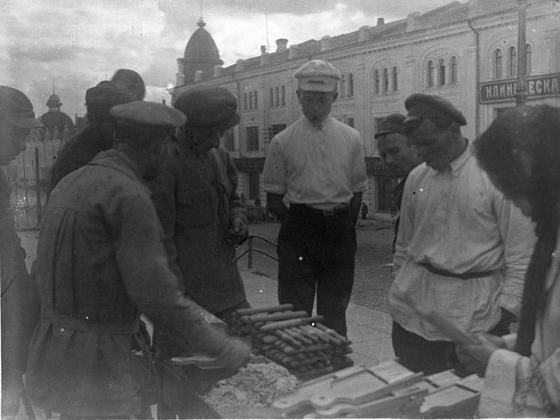 Улица Ленина. Уличная торговля напротив магазин Акорт (бывший торговый дом Т-ва Овсянниковых и Ганшиных) 1925-30