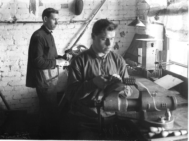 В механическом цехе Сибзавода 1925-30