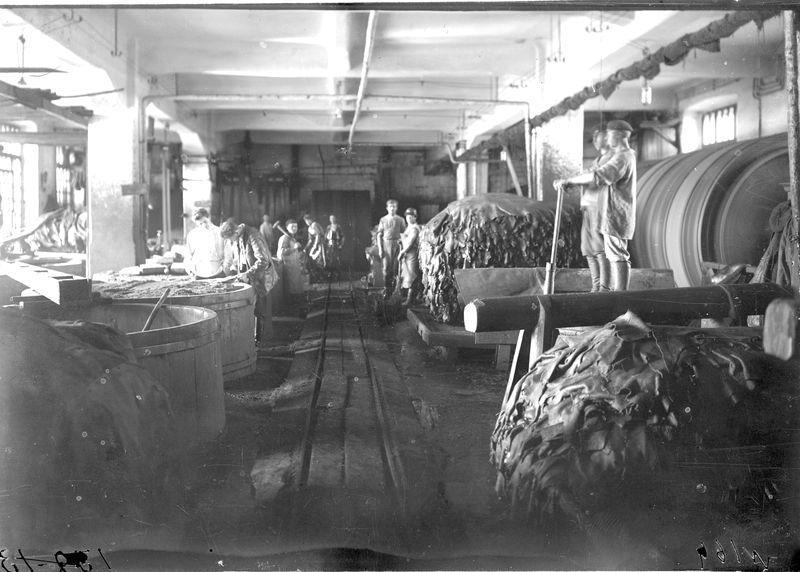 В цехе Омского государственного кожевенного завода 1925-30