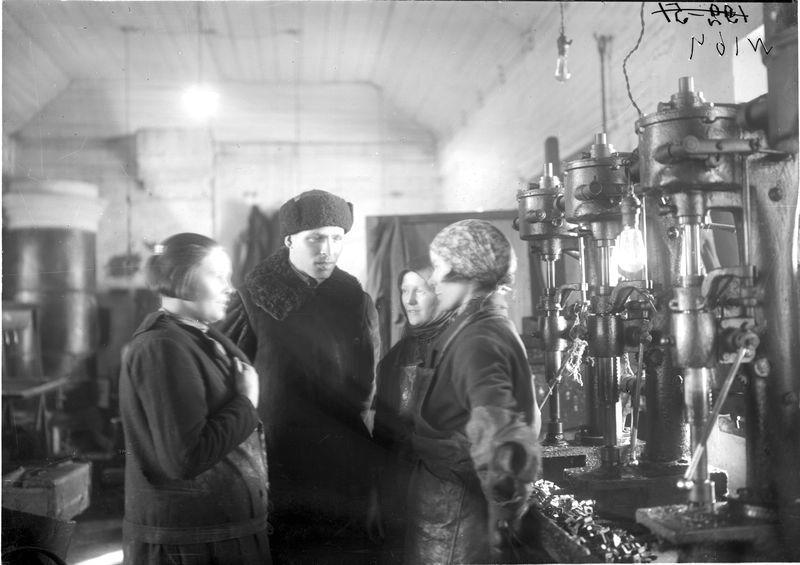 Группа работниц в цехе беседует с профоргом 1925-30