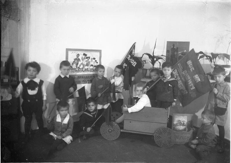 Группа детсадовцев празднует годовщину Октябрьской революции