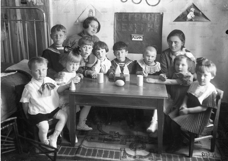 Детский сад Церабкоопа. Дети с воспитателями за столом с игрушками