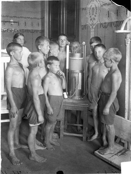 Группа детей у спирометра