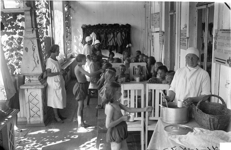 Детская профилактическая амбулатория. Завтрак на веранде