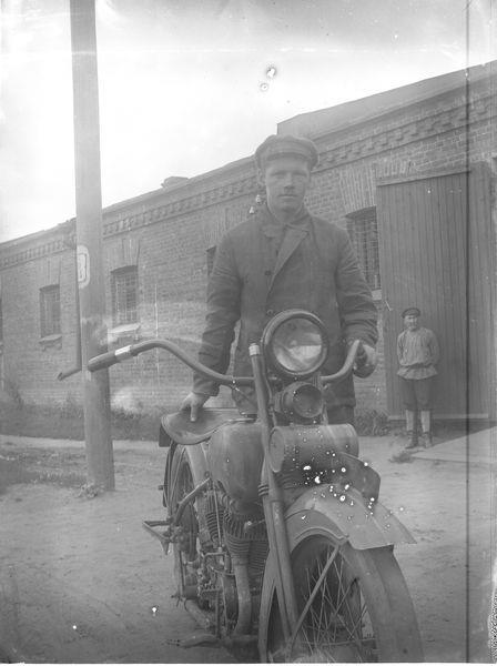 Мужчина у мотоцикла 1920-е