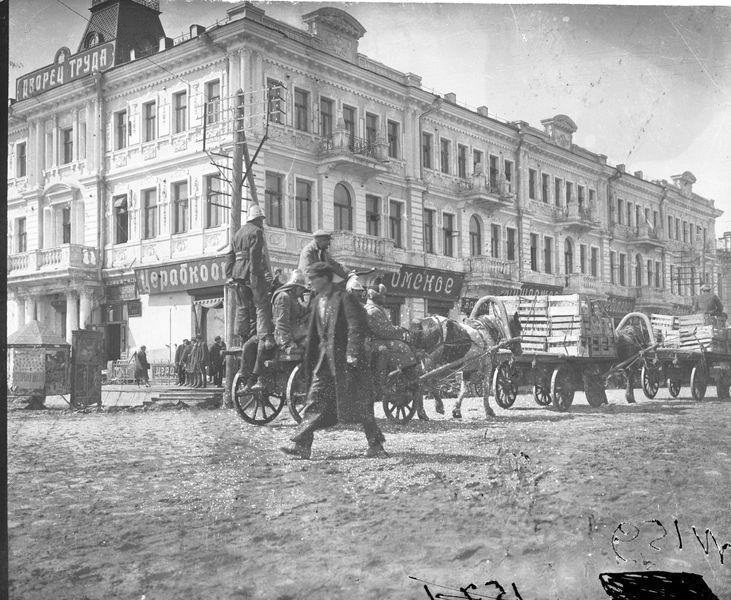 Подводы на улице Ленина, у Дворца труда 1920-е