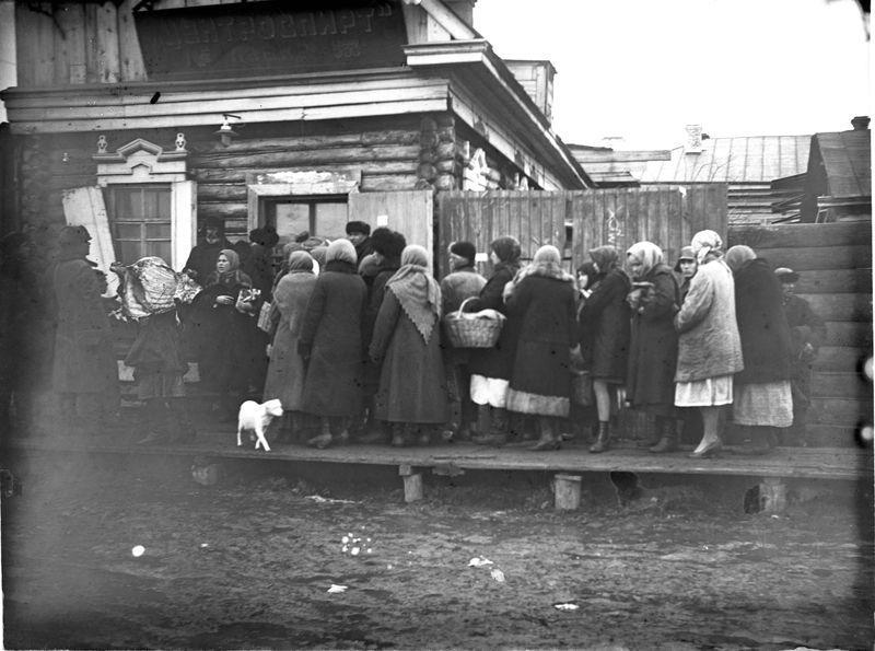 Очередь в лавку Центроспирта в Мокринском форштадте осень 1928