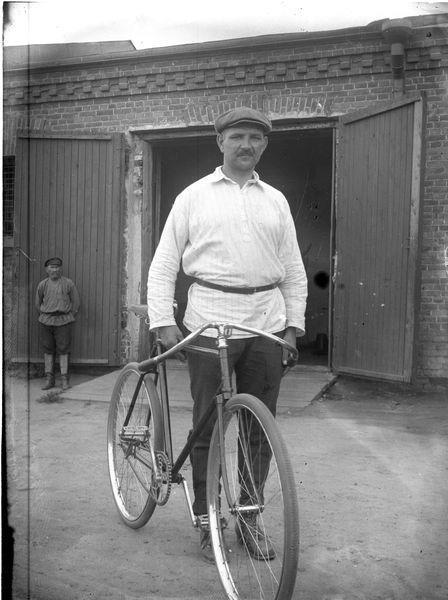 Мужчина с велосипедом 1920-е