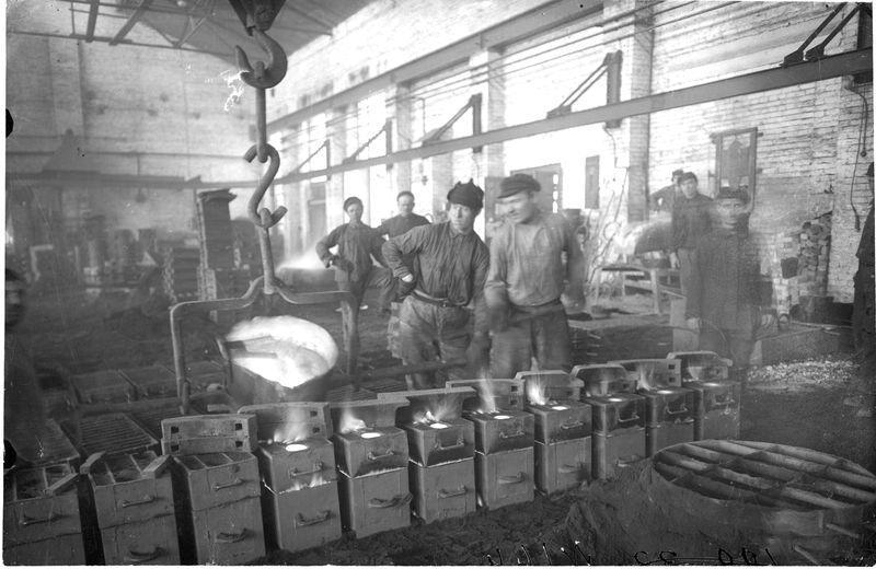 Разливка металла по формам на заводе Красный пахарь 1925-30