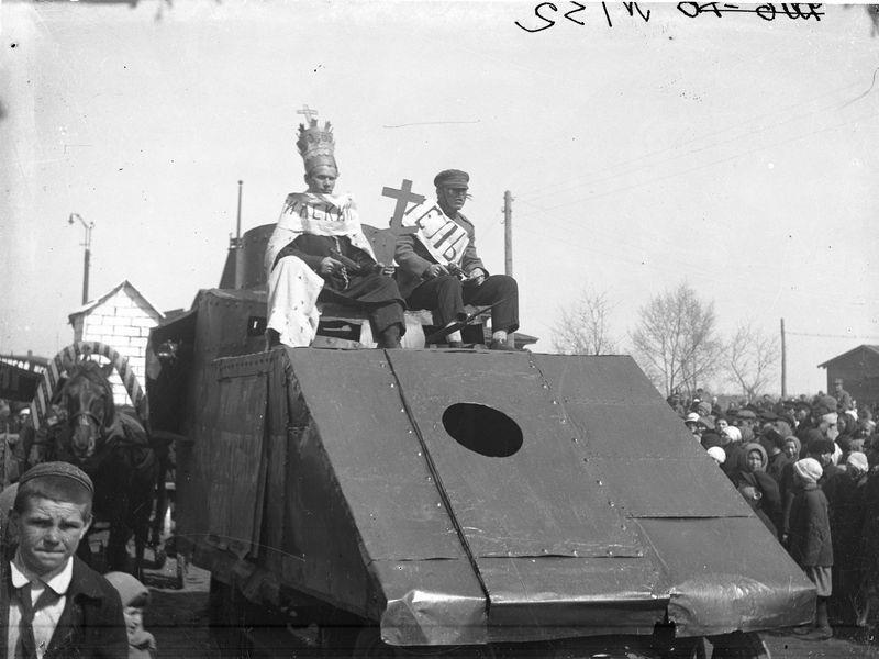 Карнавальная группа Папа Римский и вредитель на броневике 1927-30