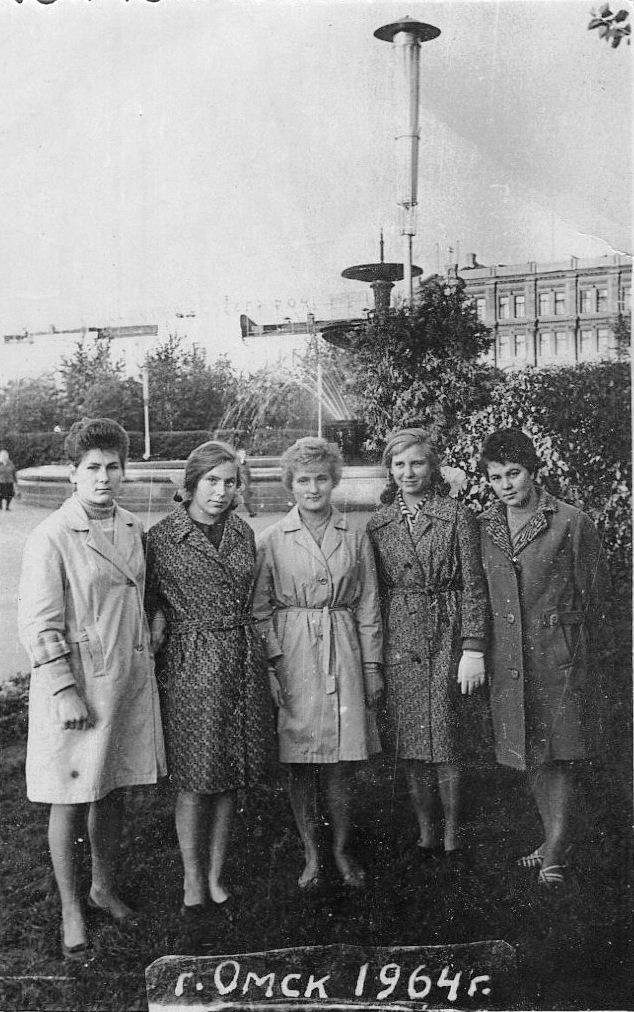 Девушки у фонтана, г. Омск, фото 1964 г.