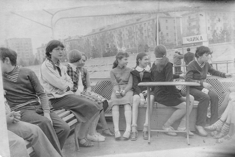 Школьники на катере Москва у причала Чайка (у цирка), г. Омск 70-е.