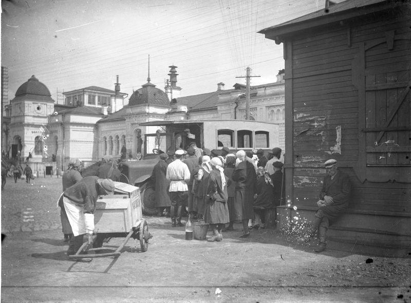 Посадка в автобус у железнодорожного вокзала 1920-е