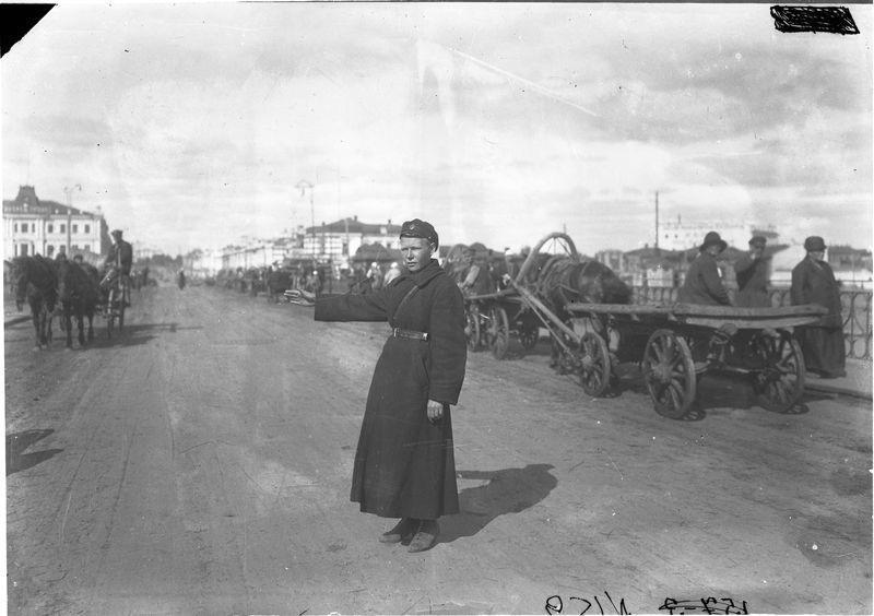 Регулировка движения на железном мосту через Омь 1920-е