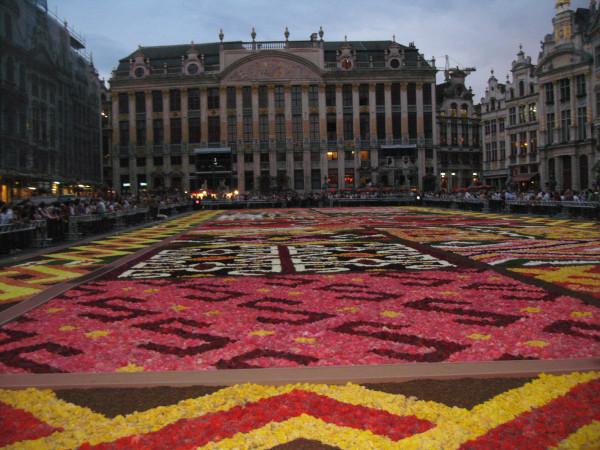 16 августа 2012 Брюссель - ковер из цветов на центральной площади