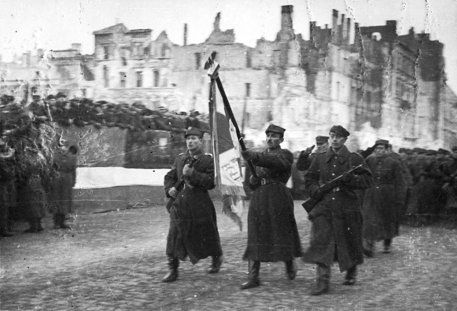 Солдаты 1-й польской армии в освобожденной Варшаве, 19 января 1945 г.