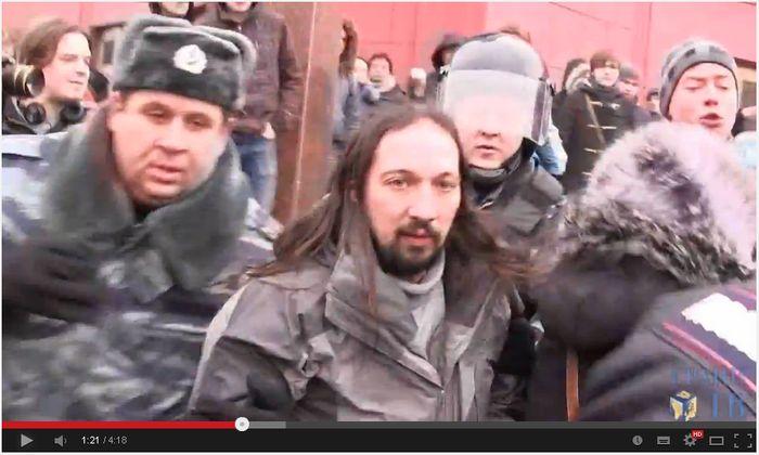 Роман Немучинский в окружении полиции и ОМОНа