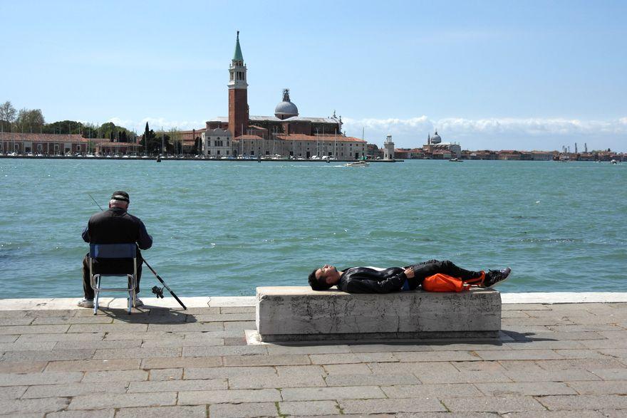 Набережная, рыбак, турист