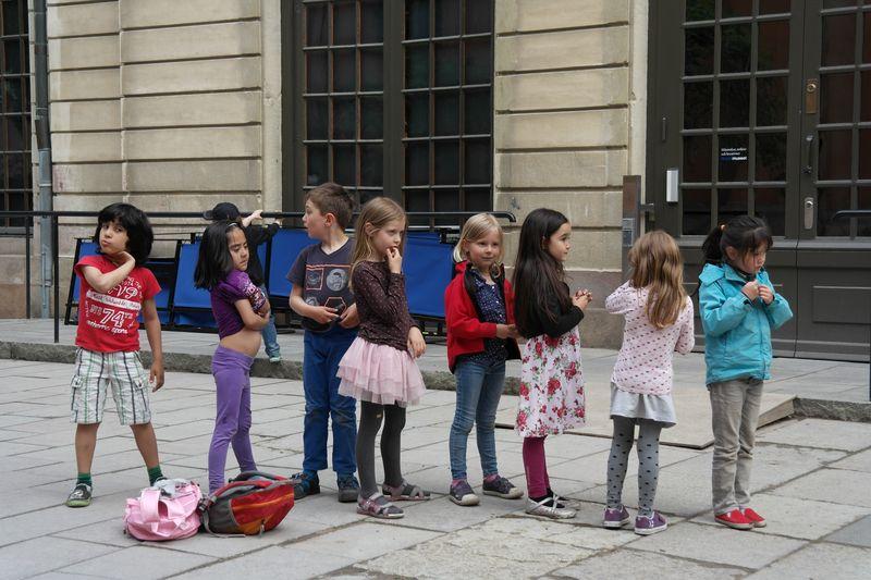Стокгольм. Дети во дворе Нобелевской церкви