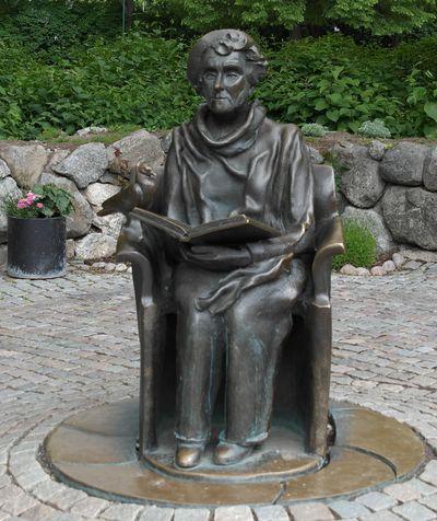 Стокгольм. Памятник Астрид Линдгрен у входа в Юнибакен