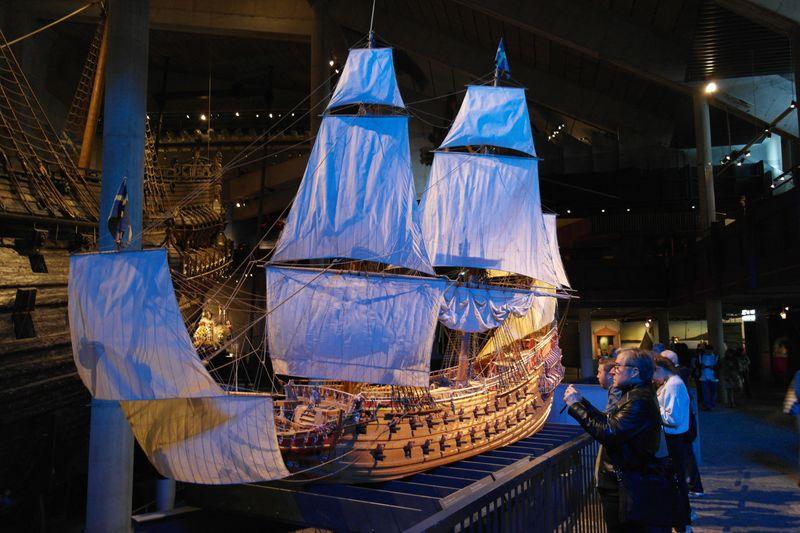 Стокгольм. Музей корабля Васа. Макет на фоне оригинала