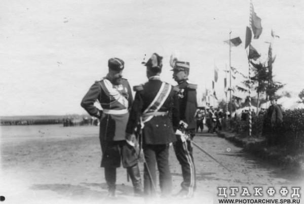 Александр III в группе генералов Преображенского и Гренадерского полков на храмовом празднике в Красном Селе. 1890