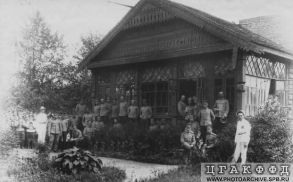 Группа офицеров у здания офицерского собрания в красносельском лагере. 1913