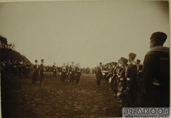 Император Александр III вручает дипломы молодым офицерам. 8 августа 1894