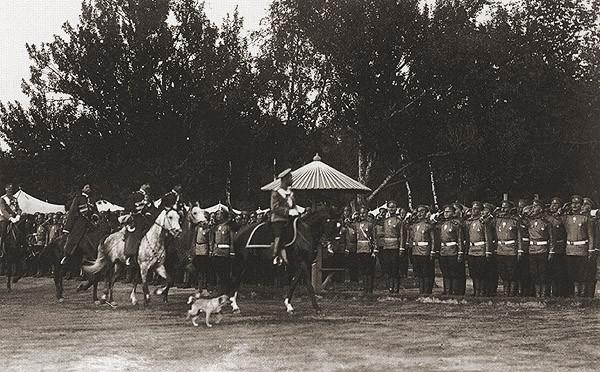 Николай II объезжает фронт войск. Красное Село. 1910