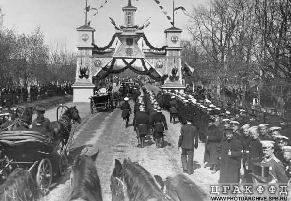 Почетный караул и пр. у Триумфальной арки во время проезда президента Франции Эмиля Лубе к Военному полю, 8 мая 1902