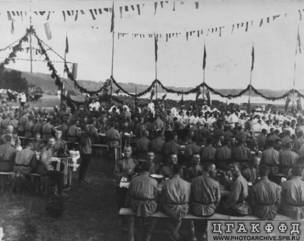 Солдаты на торжественном обеде по случаю открытия лагерей - приезд лейб-гвардии Волынского полка в Красное Село. 1907