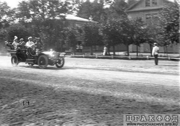Николай II уезжает со скачек в автомобиле. 1906