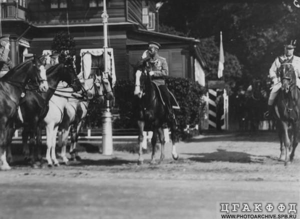 Император Николай II приветствует конных генералов, июль 1914