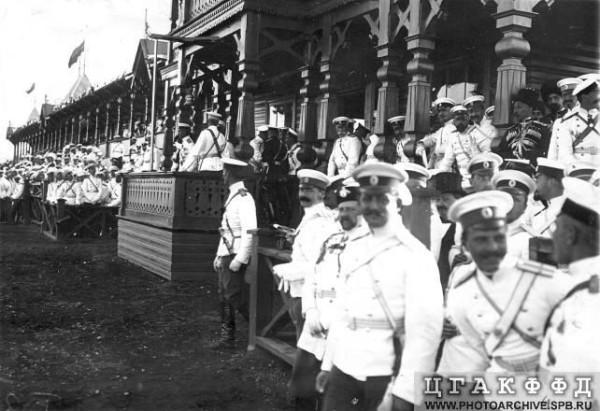 Зрители на трибунах ипподрома перед началом скачек, 1906