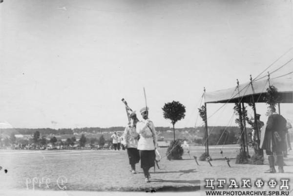 Знамя павловского полка. На заднем плане - Красное село