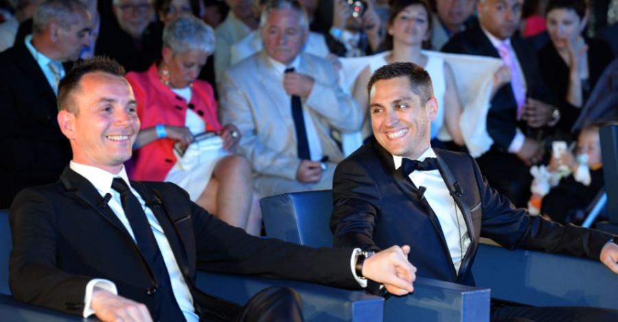 29mai2013---vincent-autin-a-esq-e-bruno-boileau-ficam-de-maos-dadas-durante-a-cerimonia-de-casamento-do-casal-a-primeira-uniao-gay-oficial-da-franca-em-salao-da-prefeitura-de-montpellier-nesta-1369843522