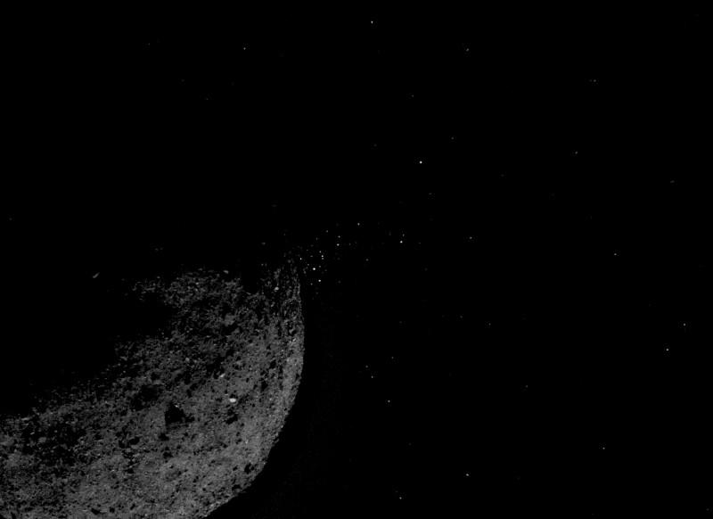 1. Справа от астероида, близ терминатора наблюдается рой светлых точек. Это не звезды, это фрагменты астероида, выбрашенные в результате неясного пока процесса. Источник https://www.nasa.gov/press-release/nasa-mission-reveals-asteroid-has-big-surprises