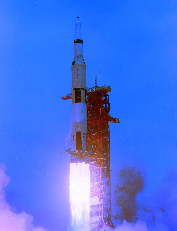 "1. Старт ракеты-носителя ""Сатурн-5"" миссии ""Аполлон-10"" Источник https://www.nasa.gov/image-feature/apollo-10-launches-into-history-on-may-18-1969"