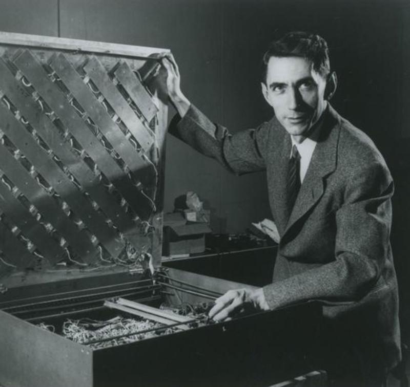 """2. В конце 40-х, начале 50-х начала бурно развиваться кибернетика. И один из пионеро этой науки, а заодно и всей Computer Science, Клод Шеннон собрал """" кибернетическую мышь"""" - Тесея. Состоявшая из простейших аналоговых схем с обратной связью, датчиков, пары моторов и батарейки, """"мышь"""" была способна выбраться из лабиринта. На фото - создатель этой модели на фоне внутренней начинки """"лабиринта"""". Вероятно, у трилобитов нервная система была не намного сложнее, чем у этой """"мыши"""". Источник https://www.technologyreview.com/s/612529/mighty-mouse/"""