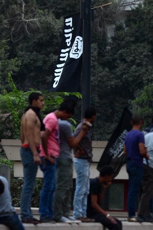 Флаг Аль-Каиды над посольством США. Фото AFP