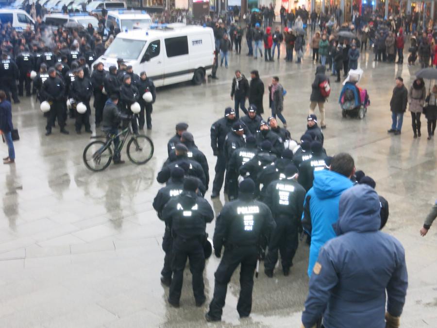 Эксклюзивчик - репортаж с сегодняшней демонстрации русскоязычных в Кельне. Какой же позор!!!!! IMG_3856