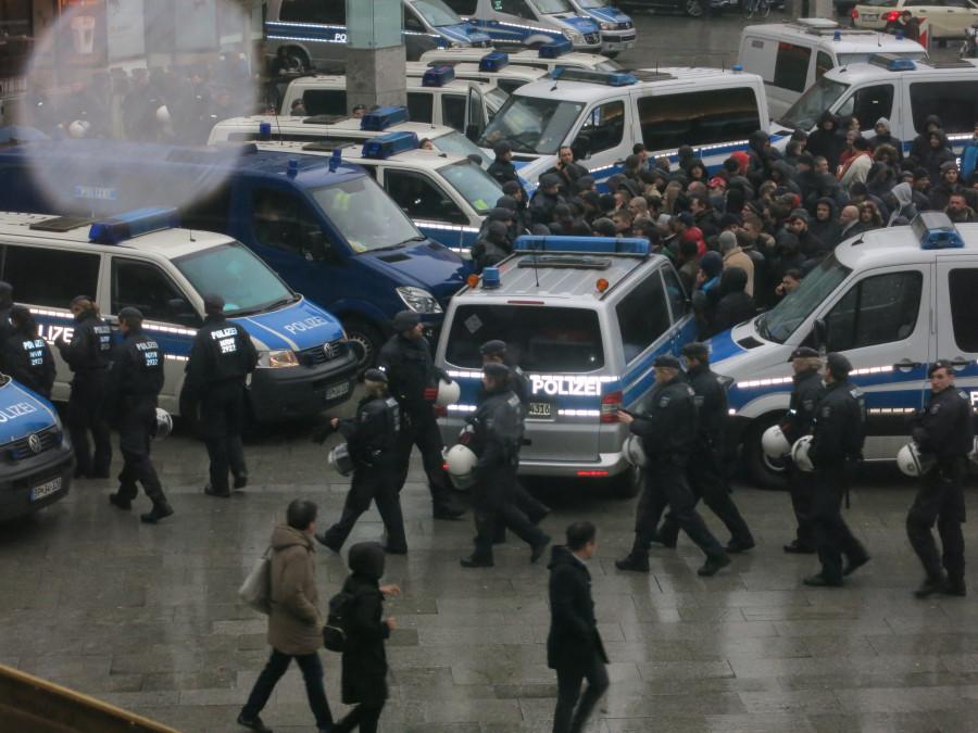Эксклюзивчик - репортаж с сегодняшней демонстрации русскоязычных в Кельне. Какой же позор!!!!! IMG_3862