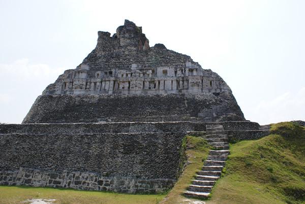 Белиз выемка в углу пирамиды2.jpg