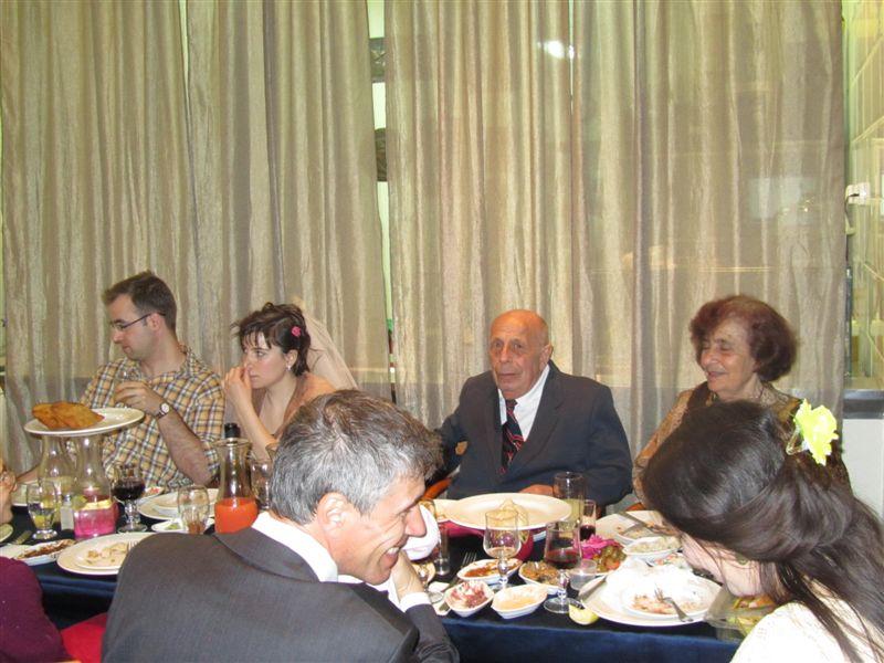 молодожены (х2) за столом